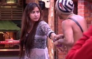Akash Dadlani forcibly kissing Shilpa on 8